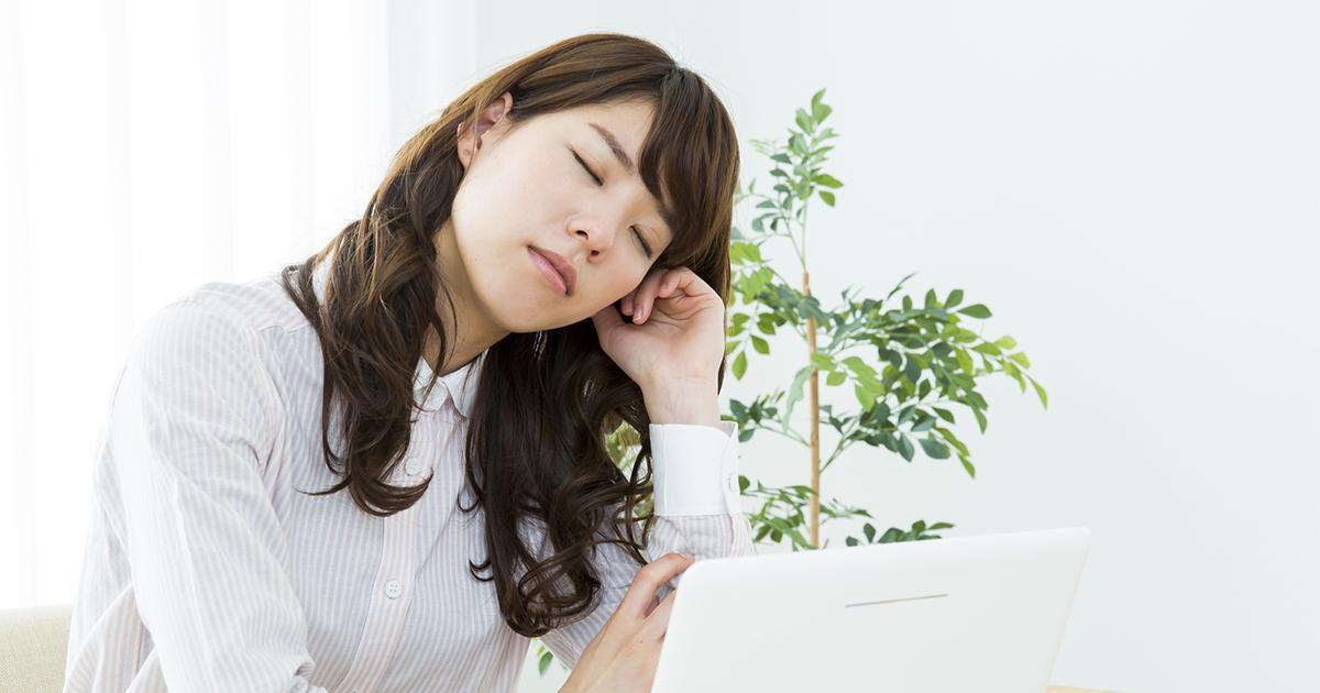 仕事の効率は本当に上がる?それともサボリ?職場での「昼寝」をめぐる賛否両論