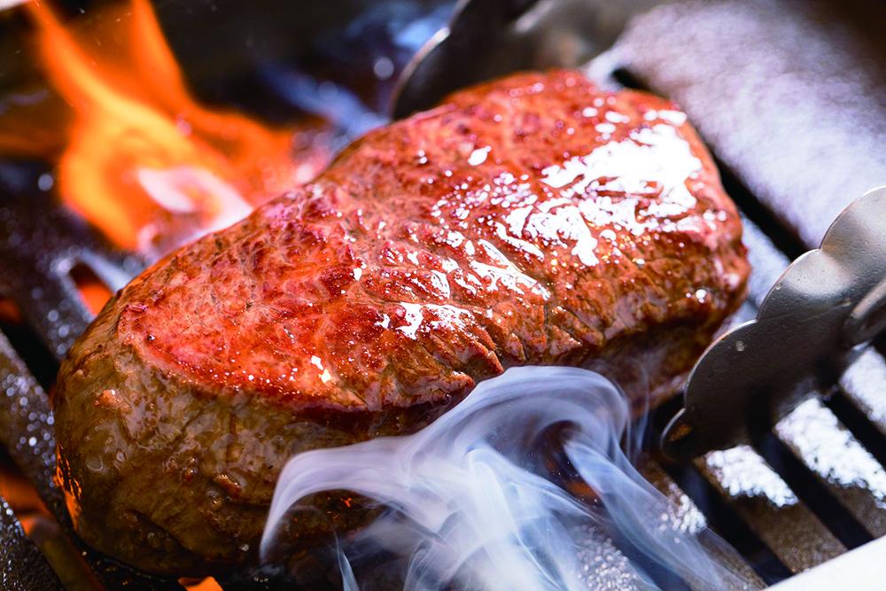 焼肉で肉を裏返すタイミングの「正解」はこれだ!