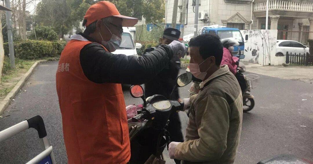 中国・上海市のマンション入口での検温の様子