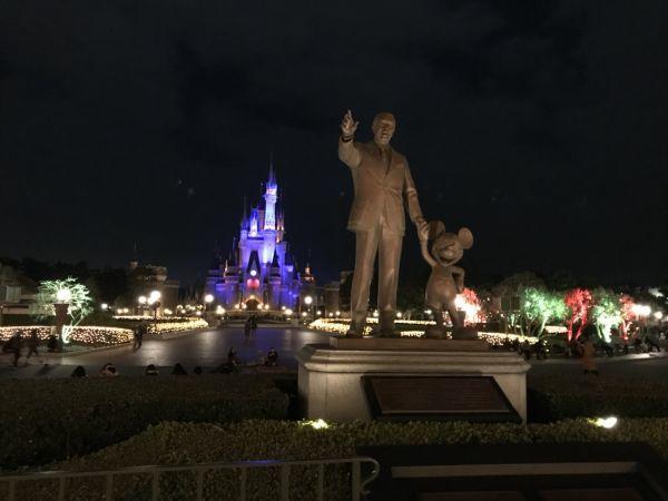 ウォルトディズニーとミッキーマウスの銅像