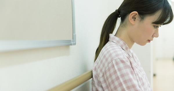 原因不明の嘔吐を繰り返している若い女性