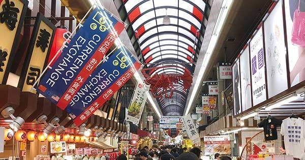 中国語やハングルが書かれた旗を掲げて客を呼び込む商店街