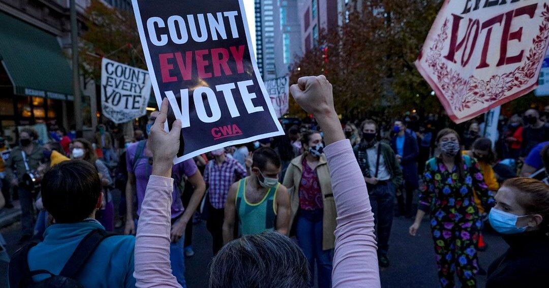 ペンシルベニア州フィラデルフィアで一部の投票の有効性を疑問視するトランプ支持者と、カウントの継続を求めるバイデン支持者