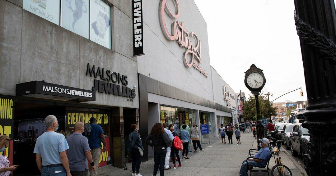 経営破綻した老舗百貨店のセールに集まる市民