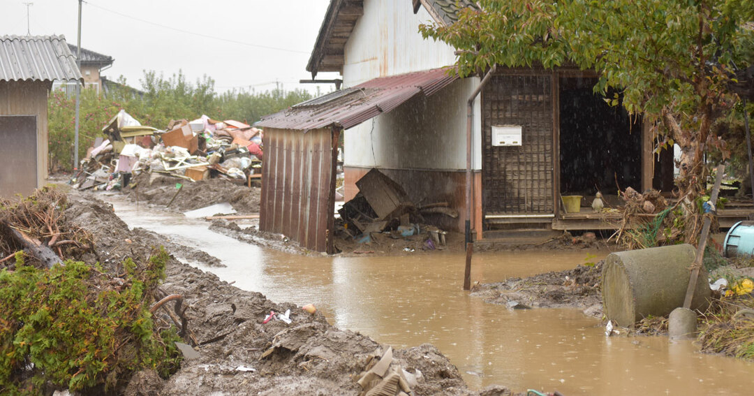 大雨の影響で家屋前にできた水たまり=25日、長野市