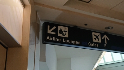 「Airline Lounges」の案内板