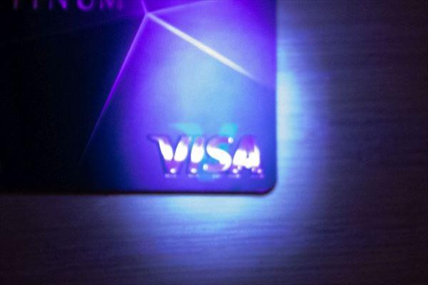 Visaブランドにブラックライトを当てたときの「V」の文字