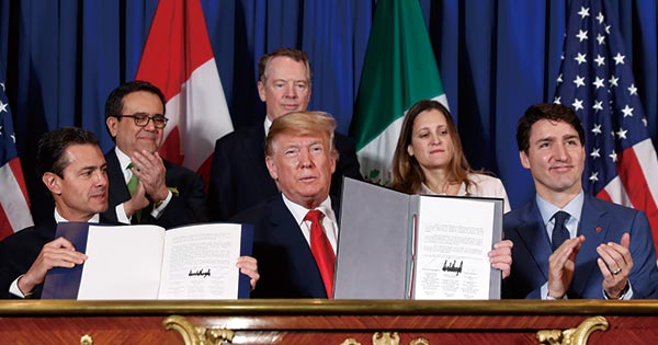 USMCAに署名するトランプ大統領、メキシコのペニャニエト前大統領、カナダのトルドー首相