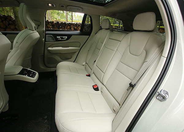ボルボV60・T5インスクリプション後席