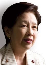 厚生労働大臣 小宮山洋子<br />「タバコ発言」は言葉足らず<br />10年代半ば以降に消費増税を