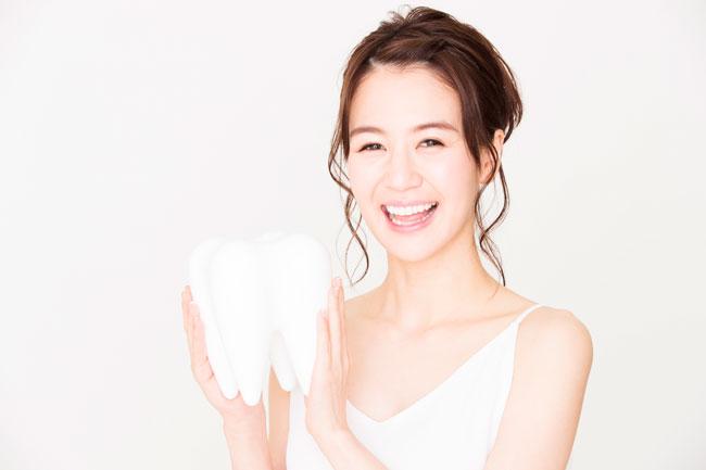 条件はあるものの、現在は保険治療で銀歯だけではなく、「白い歯」の被せ物もできる