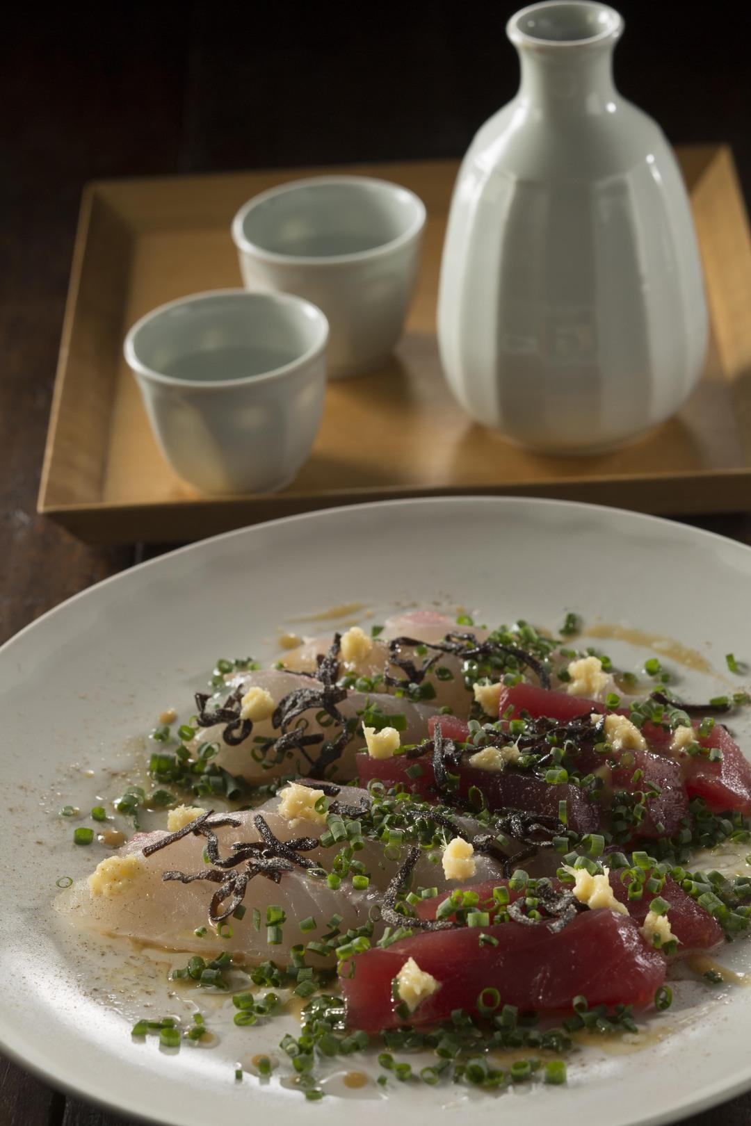 【忙しい人に贈る晩ご飯レシピ】お刺身ミックスにタレをかけるだけ「激ウマ薬味のせマリネ」<br />