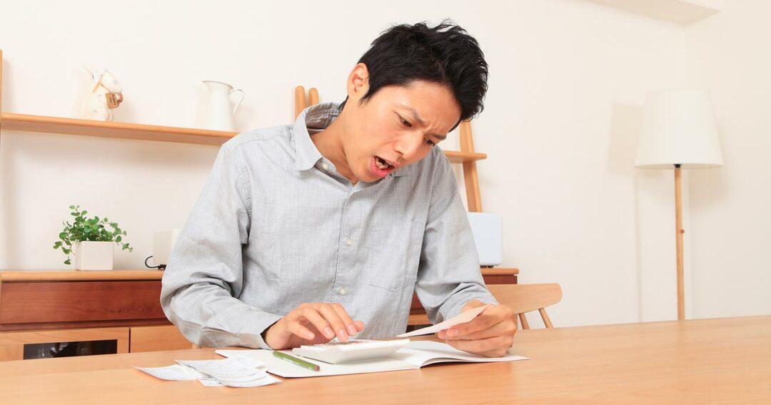 家計簿をつける男性