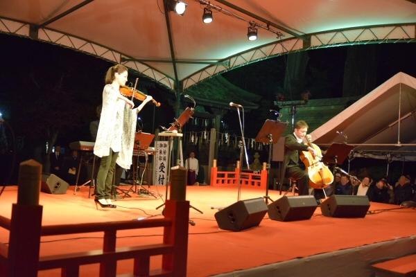 バイオリニストの枝並千花さん、チェリストの古川展生さん、電子ピアノを担当する吹奏楽作曲家の辻峰拓さんの3名による演奏