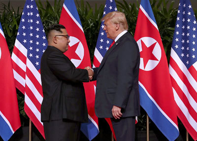 会談の冒頭、握手を交わすトランプ大統領と金正恩朝鮮労働党委員長