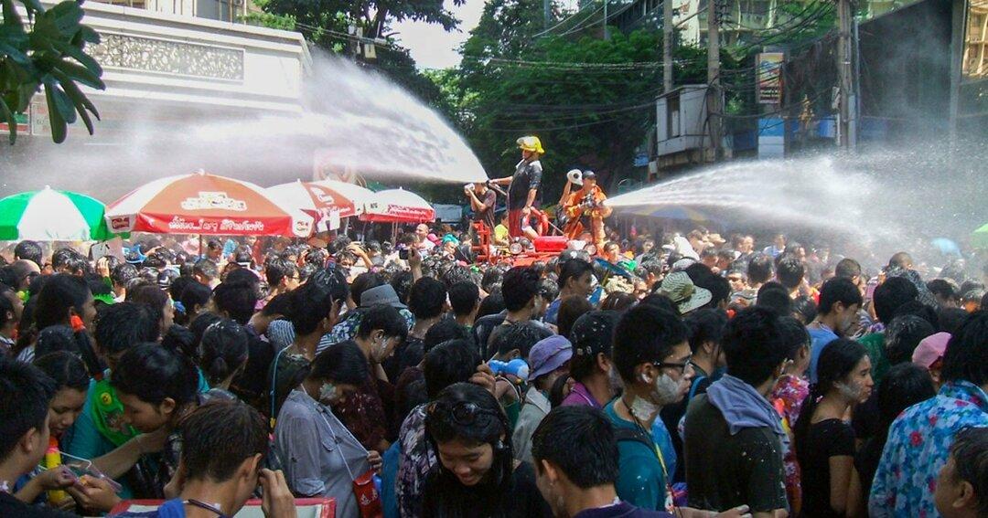 バンコク中心部のシーロム地区での水掛け祭りの様子