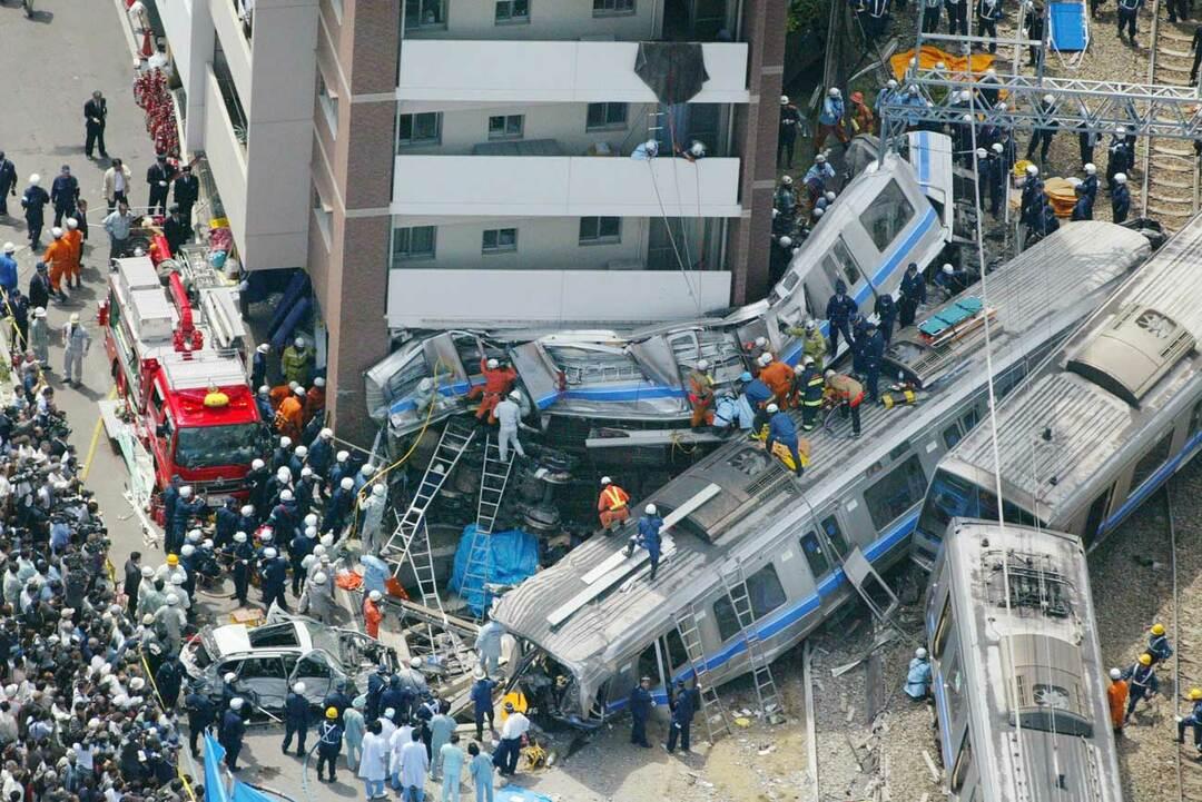 先頭車両が潰れてしまった福知山線の事故列車