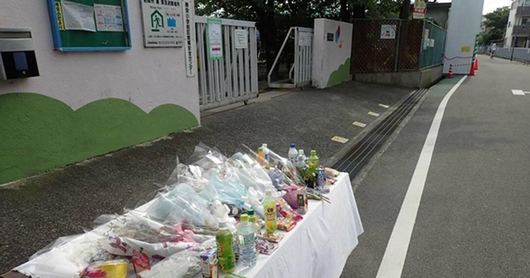 小学生がブロック塀の下敷きとなり死亡した高槻市立寿栄小学校の校門前