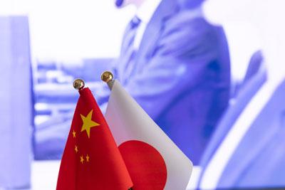 日本と中国が冷却期間を経て急接近していますが、立ち位置はかつてとは逆転しています。