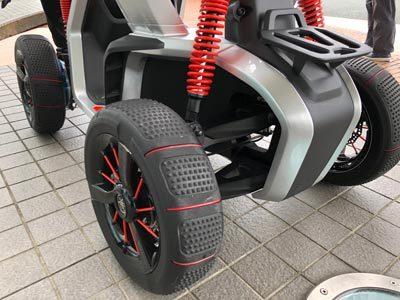 径の大きなタイヤと、作動量が大きいサスペンションで大きな段差も安定して乗り越えることが可能