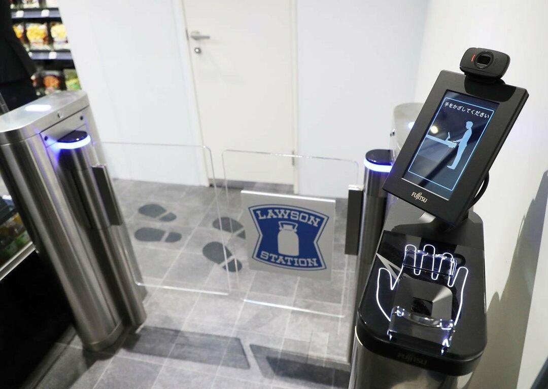 ローソンのレジなし店舗「富士通新川崎TSレジレス店」の入り口に導入されている富士通のマルチ生体認証システム
