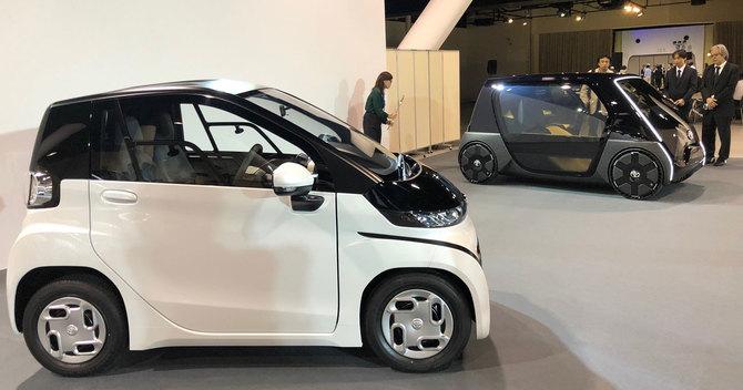 トヨタ小型EV量産型(手前)とコンセプトモデル