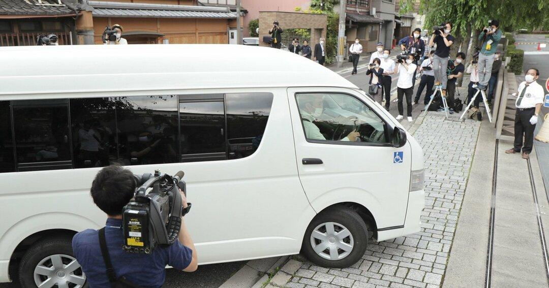勾留質問のため京都地裁に入る青葉真司容疑者を乗せた車(5月27日午後、京都市中京区)