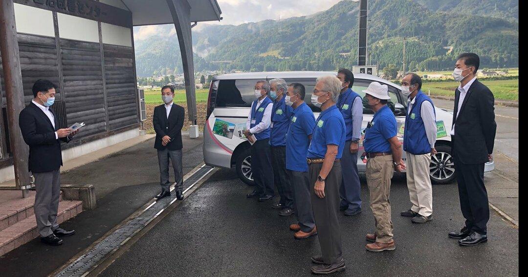 2020年10月1日、近助タクシー実用化の朝。ドライバー等の関係者の前で挨拶する、河合永充・永平寺町町長