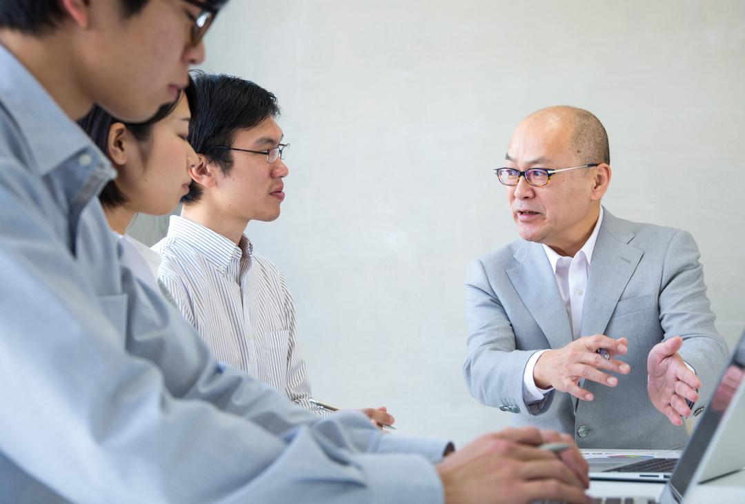 ダメ上司ほど会議でよくしゃべる。優れた上司は黙ってメンバーを「○○」する。【定例会議5つの基本】