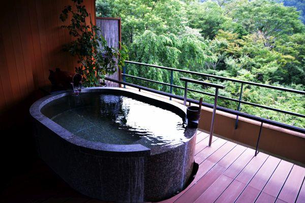 「箱根吟遊」の部屋の露天風呂