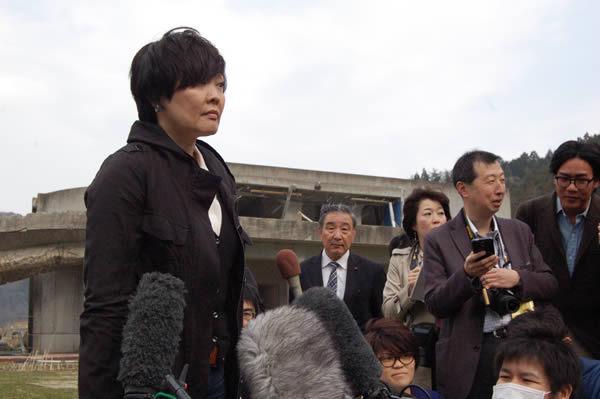 昭恵夫人が大川小視察、遺族の思いは伝わったか