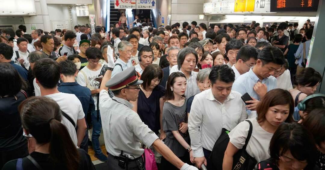 大混雑する新宿駅
