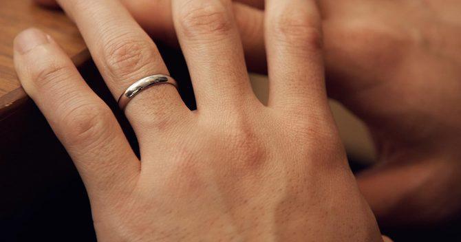 男性の薬指と結婚指輪