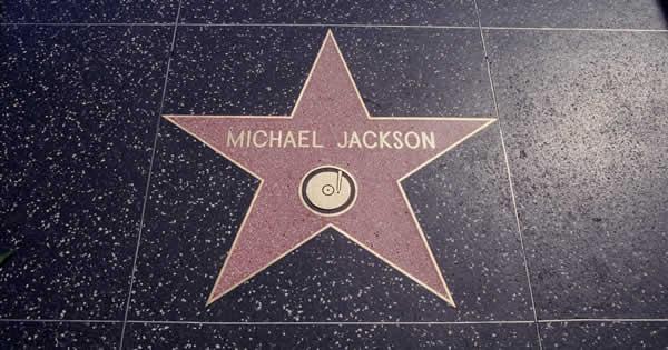 富も名声も手に入れたマイケル・ジャクソンは「幸福」だったのか?