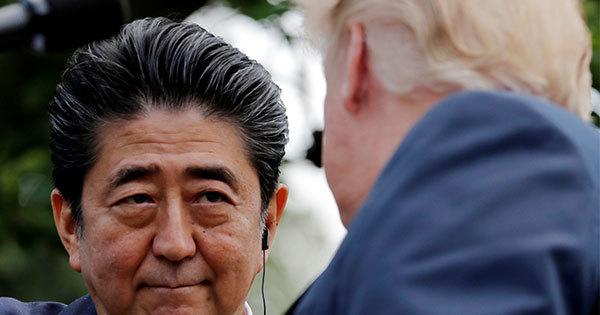 7日、ワシントンでトランプ大統領との記者会見に臨む安倍晋三首相