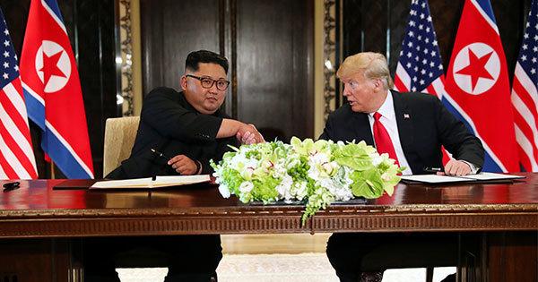 「包括的」な合意文書に署名した米国のトランプ大統領と北朝鮮の金正恩朝鮮労働党委員長