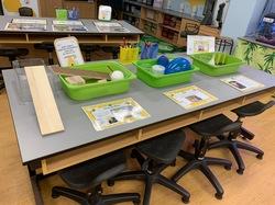 化学の授業が行われていた教室。幼稚園児でも楽しく実験できそうなアイディア満載の授業でした。