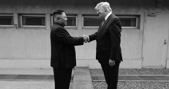 6月30日、板門店の軍事境界線を挟んで握手する北朝鮮の最高指導者、金正恩と米大統領のトランプ