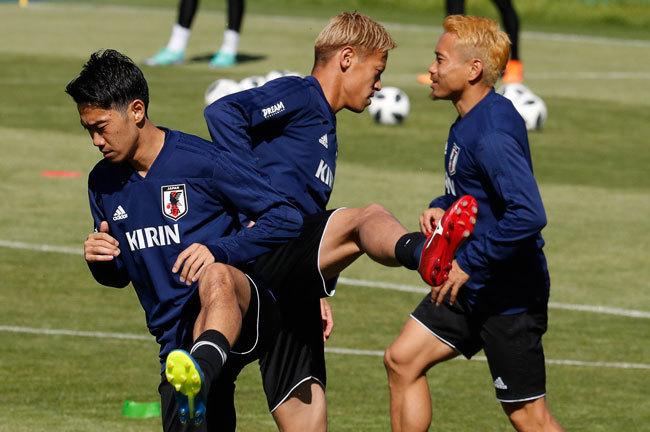 グループリーグ初戦を前に練習するサッカーワールドカップ日本代表の香川・本田・長友選手