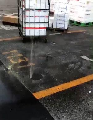 豊洲市場でマンホールの穴から噴水のように激しく吹き上がる水