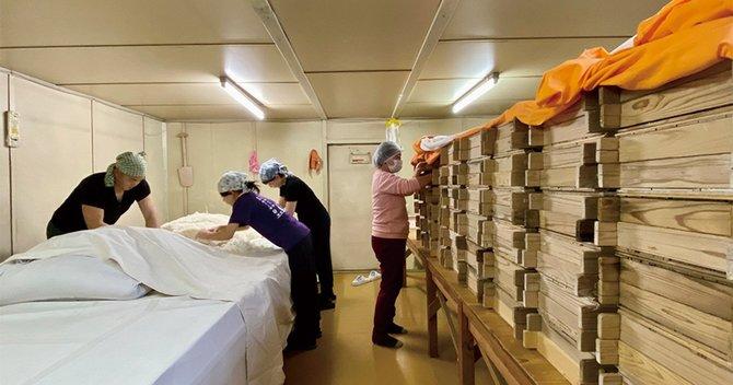 麹は全量を手間のかかる蓋麹法で造る。麹の切り返し作業中