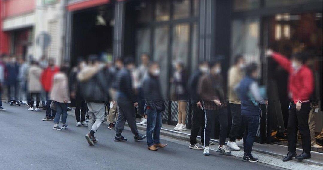 緊急事態宣言が出た後もパチンコ店には長蛇の列ができている(撮影/飯塚大和)
