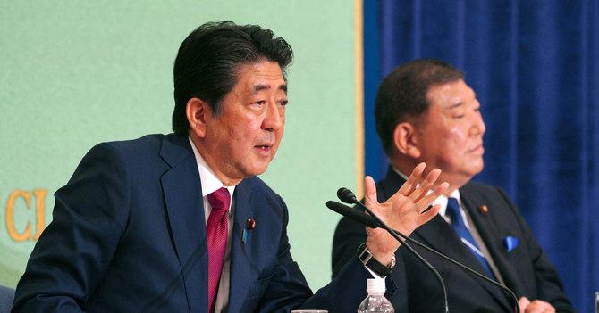 自民党総裁選の公開討論会に臨む安倍晋三首相と石破茂元幹事長