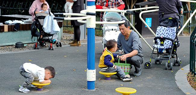 中国の公園で遊ぶ子どもたち