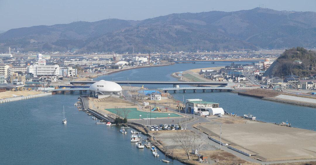 石巻市日和山から北上川沿いの市街地を望む風景。