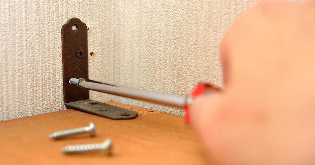 賃貸住宅での家具転倒防止措置、普及を阻む「ネジ穴問題」