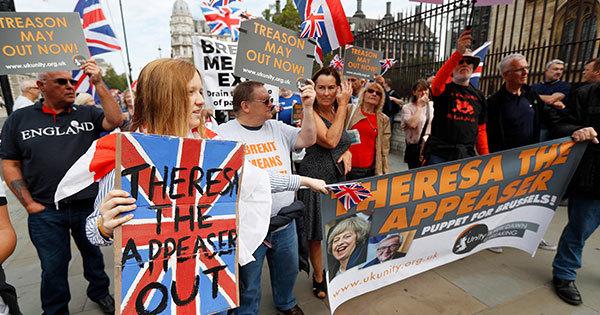 ロンドンの英議会前で抗議するEU離脱支持派