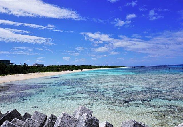 サンゴ礁が透けて見える波照間島周辺の海