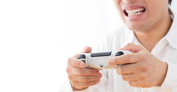 ゲームを通じて激怒し、自虐行為・破壊行為に至る大人がいる
