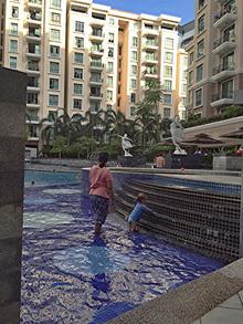 シンガポールでは、このようにベビーシッターが子守をする姿をよく見かけます。